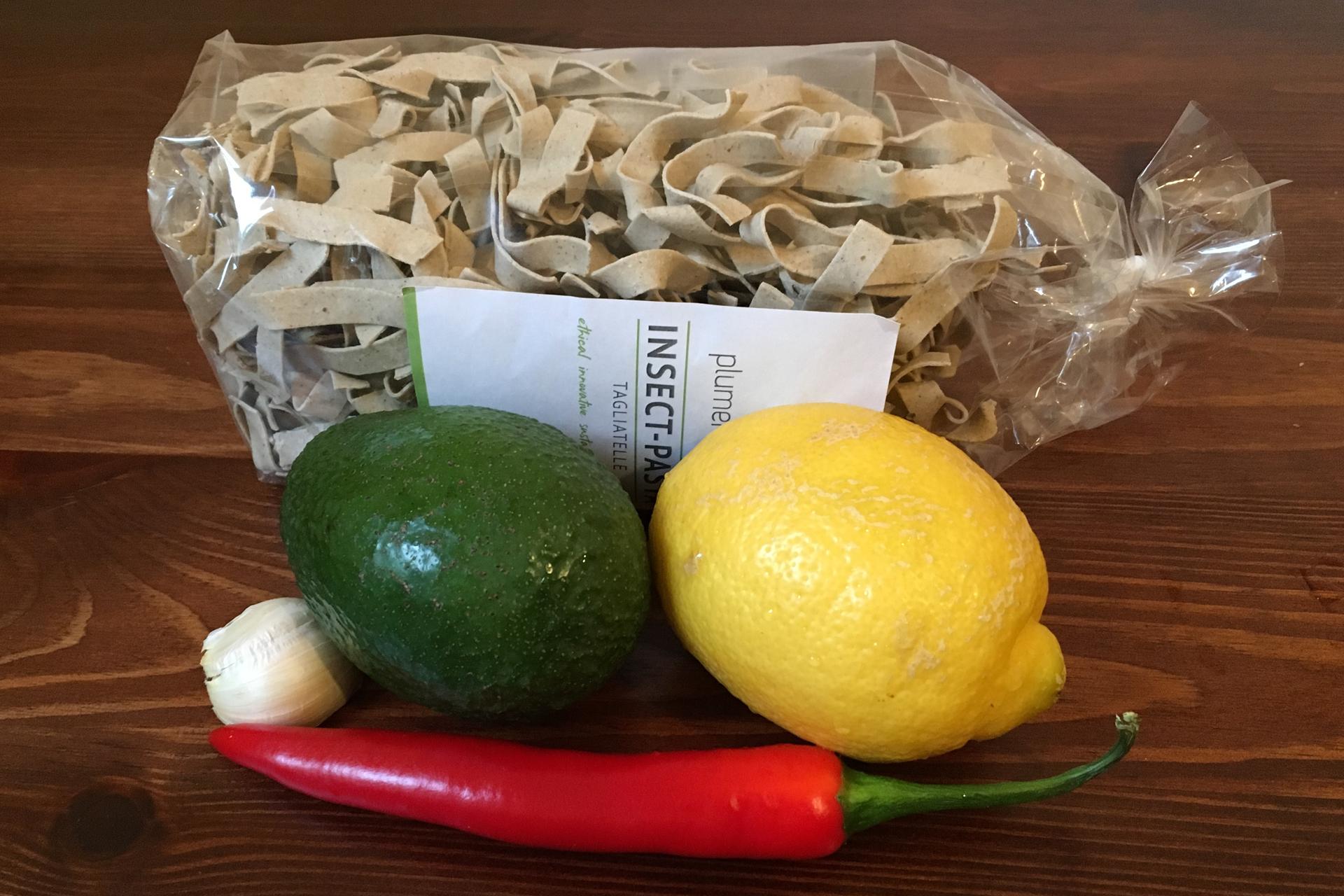Zutaten für Insektenpasta mit Avocado-Zitronen-Soße