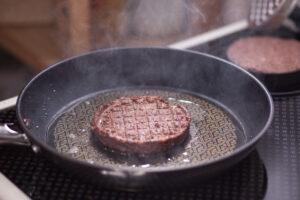 Insektenburger-Pattys in der Pfanne.
