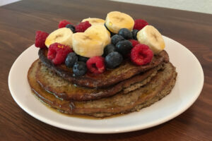 Superfood-Pancakes mit Grillenmehl angerichtet